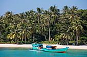 Fischerboote vor Strand mit Kokospalmen, May Rut Island, nahe Insel Phu Quoc, Kien Giang, Vietnam, Asien