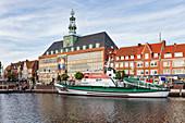 Museumskreuzer in der Ratsdelft, Hafen, Rathaus der Stadt Emden, Rathaus, Emden, Ostfriesland, Niedersachsen, Deutschland