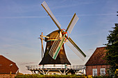 Seriemer Mühle in der Abendsonne, Windmühle, Sonnenuntergang, Neuharlingersiel, Ostfriesland, Niedersachsen, Deutschland