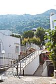 Eingang eines Hauses vor dem Hintergrund der Berge in Capri, Italien
