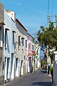 Kleine Dorfstraße mit bunten Häusern in Capri, Italien