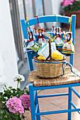 Stuhl mit Puppen und Zitronen in der Stadt Capri in Capri, Italien