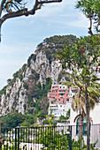 Blick auf Häuser und Berg in Capri, Italien