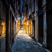 Calle Barcaroli morgens in Venedig, Venetien, Italien