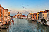 Canal Grande und Santa Maria della Salute bei Sonnenuntergang in Venedig, Venetien, Italien