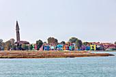 Insel Burano mit Campanile von San Martino in der Lagune von Venedig, Venetien, Italien