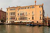 Restaurant (La Alcova) und Hotel (Ca' Sagredo) am Canal Grande in Venedig, Venetien, Italien
