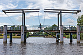 Die Blaue Brücke über den Westersielzug, Friedrichstadt, Schleswig-Holstein, Deutschland