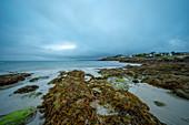Kleiner Ort an der Atlantikküste, Bretagne, Frankreich, Europa