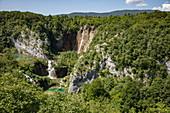 Blick auf Wald, Pools und Wasserfälle, Nationalpark Plitvicer Seen, Lika-Senj, Kroatien, Europa