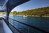Küste spiegelt sich in Fenster von Kreuzfahrtschiff, nahe Kukljica, Zadar, Kroatien, Europa