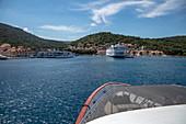 Bug von Kreuzfahrtschiff bei Annäherung an Hafen, Vis, Vis, Split-Dalmatien, Kroatien, Europa