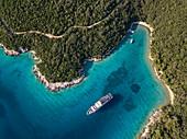 Luftaufnahme von Kreuzfahrtschiff in unberührter Bucht bei einem Halt zum Schwimmen für Passagiere, nahe Kampor, Primorje-Gorski Kotar, Kroatien, Europa