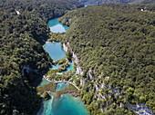 Luftaufnahme von Holzbodenpfad inmitten von Seen, Nationalpark Plitvicer Seen, Lika-Senj, Kroatien, Europa