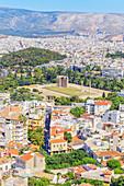 Aufsicht auf Tempel des olympischen Zeus, Hadriansbogen und Athen Stadtzentrum, Athen, Griechenland, Europa