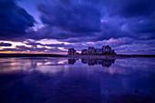 Das Haus zwischen den Felsen nach Sonnenuntergang, Le Gouffre, Plougrescant, Atlantik, Dept. Côtes-d'Armor, Bretagne, Frankreich, Europa