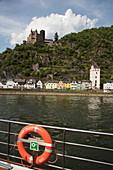 Rettungsring an Bord von Flusskreuzfahrtschiff während einer Kreuzfahrt auf dem Rhein mit Blick auf Burg Katz, Sankt Goarshausen, Rheinland-Pfalz, Deutschland, Europa