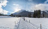 Winterwanderweg in verschneiter Winterlandschaft vor Bergpanorama, Deutschland, Bayern, Oberallgäu, Oberstdorf