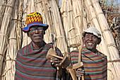 Äthiopien; südliches äthiopisches Hochland; zwei Männer vom Stamm der Arbore; mit typischen Umhängen und Kopfbedeckung; in den Händen lange Stöcke der Viehhirten und kleine Sitzschemelchen