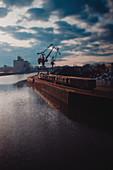 Hafenanlage in Regenburg mit einem Zug und Kränen im Hintergrund, Regensburg, Deutschland