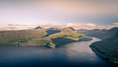 Panoramablick in Fjord am Hvithamar nahe dem Ort Gjogv auf Eysturoy am Nachmittag, Färöer Inseln\n