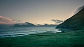 Bucht in Gjogv auf Eysturoy mit Blick auf Insel Kalsoy im Sonnenuntergang, Färöer Inseln\n