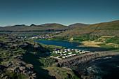 Der Campingplatz von Eidi auf Eysturoy mit Dorf im Hintergrund, Färöer Inseln\n