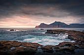 Meer bei Gjogv im Sonnenuntergang mit Blick auf Kalsoy, Färöer Inseln\n