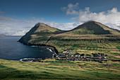 Dorf Gjogv auf Eysturoy mit Schlucht, Meer und Bergen, Färöer Inseln
