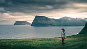 Frau wandert auf der Insel Kalsoy, Färöer Inseln\n