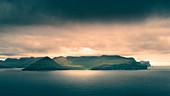 Sonnenuntergang über den Bergen der Küste von Eysturoy, Färöer Inseln