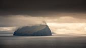 Insel Koltur mit Wolken im Sonnenuntergang, Färöer Inseln