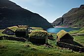 Hütten mit Grasdach im Dorf Saksun auf der Insel Streymoy, Färöer Inseln\n