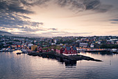 Hauptstadt Torshavn mit Regierungsviertel im Sonnenuntergang, Färöer Inseln