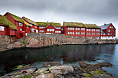 Rote Gebäude im Regierungsviertel Tinganes der Hauptstadt Torshavn, Färöer Inseln