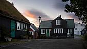 Häuser in der Altstadt von Torshavn im Sonnenuntergang, Färöer Inseln