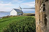 Kirche im Dorf Kirkjubøur auf Streymoy, Färöer Inseln\n