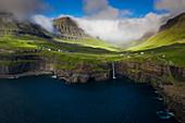 Wasserfall Múlafossur mit Dorf Gásadalur auf der Insel Vagar, Färöer Inseln