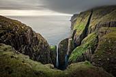 Felsformationen von Dunnesdrangar auf Vagar, Färöer Inseln\n