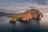 Felsformationen von Drangarnier und Insel Vagar im Sonnenuntergang, Färöer Inseln\n