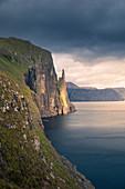 Trøllkonufingur Hexenfinger Felsformation bei Sonnenuntergang auf der Insel Vagar, Färöer Inseln\n