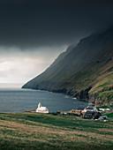 Kirche im Dorf Viðareiði am Meer auf der Insel Vidoy, Färöer Inseln\n