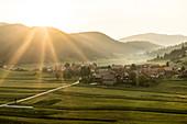 Sonnenuntergang über dem südslowenischen Dorf Retje, Loški Potok, Slowenien