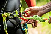 Sport, Canyoning, Detail mit Seil und Karabiner