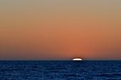 Intensiv leuchtender Sonnenuntergang am Meer bei Grimsholmen, Hallands län, Schweden