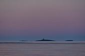 Kleine Inseln im Meer im frühen Morgenlicht, Grimsholmen, Halland, Schweden