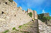 Touristen am Aufgang zur Venusburg in Erice, Sizilien, Italien, Europa