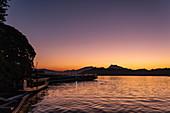 Silhouette von Longtail Ausflugsbooten auf Fluss Mekong und Berge bei Sonnenuntergang, Luang Prabang, Provinz Luang Prabang, Laos, Asien