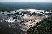 Luftaufnahme von Fluss Iguazu und Wasserfälle der Iguazu Falls, Iguazu National Park, Parana, Brasilien, Südamerika