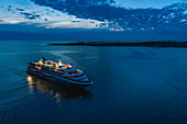 Luftaufnahme von Expeditions Kreuzfahrtschiff World Explorer (nicko cruises) mit Insel dahinter in der Abenddämmerung, Punta del Este, Maldonado Department, Uruguay, Südamerika
